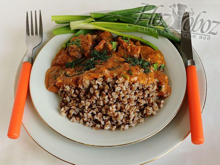 Подавать говядину нужно непременно поливая ароматным соусом с добавкой из свежей рубленной зелени и гречневой крупы