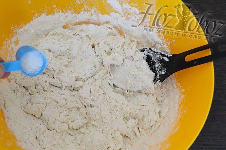 Пока тесто еще жидкое добавим соль