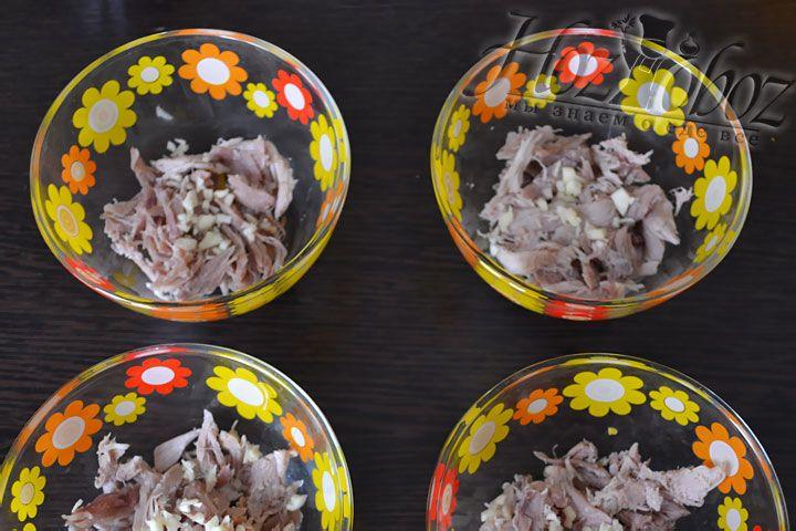 Равномерно раскладываем мясо по тарелкам, кладем по немного чеснока и по несколько кусочков красиво нарезанных овощей