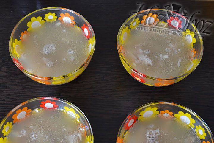 Затем в каждую тарелку наливаем бульон и остужаем до комнатной температуры. После этого помещаем тарелки в прохладное место