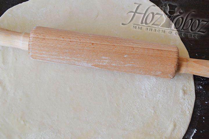 Из теста раскатаем лепешку толщиной около 3 мм