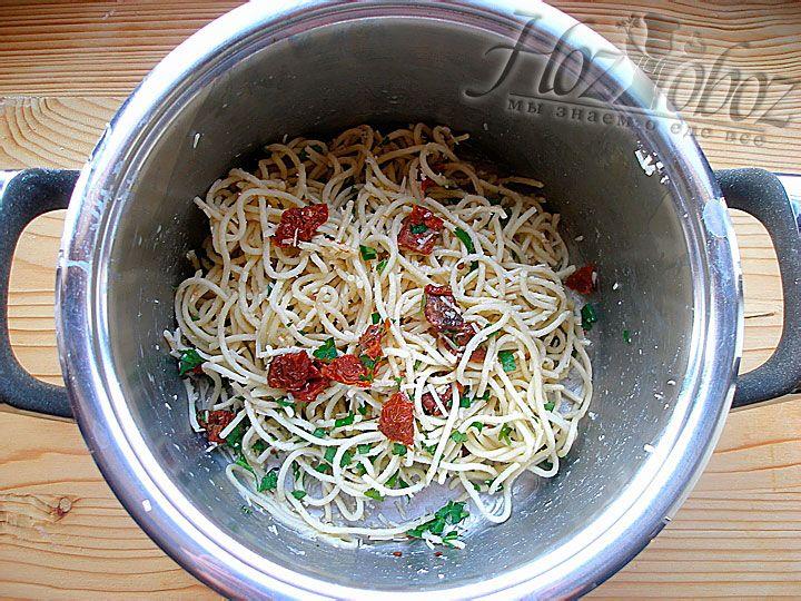 Соединим вместе и приправим натертый паремзан, зелень и сваренные спагетти