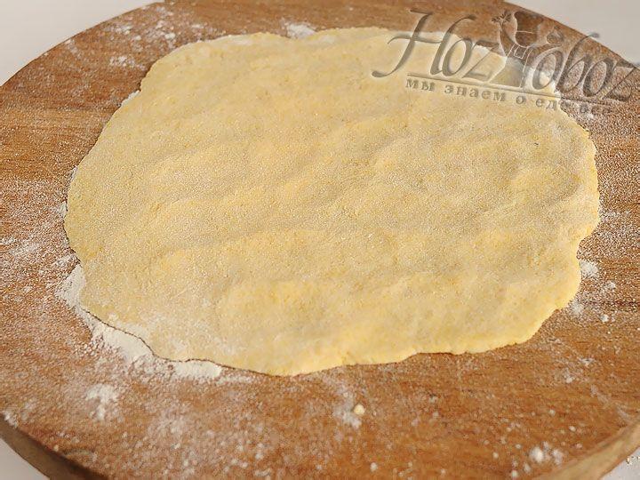 Из готового теста вручную формируем лепешку толщиной примерно 3 мм по диаметру посуды в которой планируем ее готовить