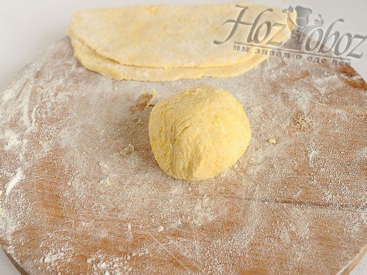 Готовую лепешку следует обильно посыпать мукой и отложить в сторону пока разогревается сковорода
