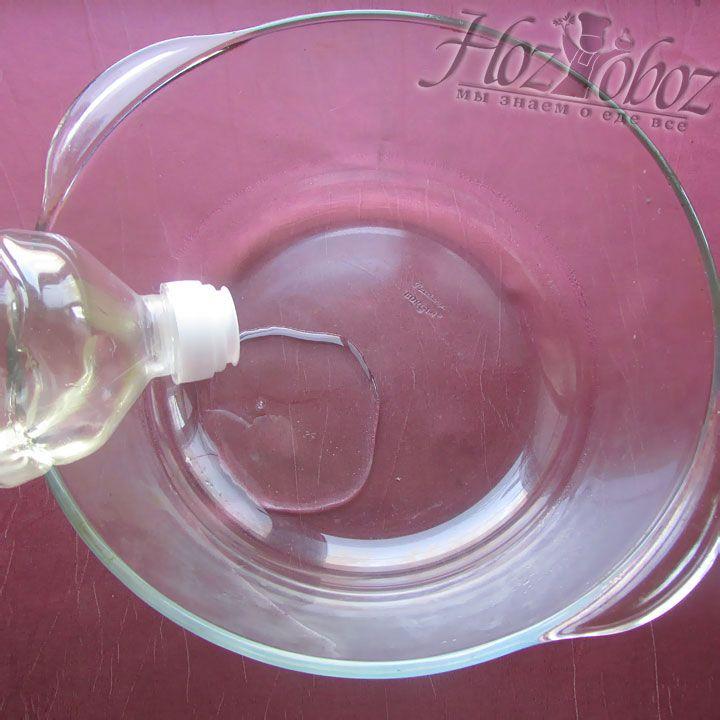 Форму для запекания смазываем капелькой растительного масла