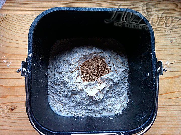 Далее кладем дрожжи и устанавливаем чашу в прибор для выпечки хлеба. Выбираем режим выпечки большого хлеба со светлой корочкой, выставляем на панели отметку «Сладкий» или «Основной» и начинаем готовить