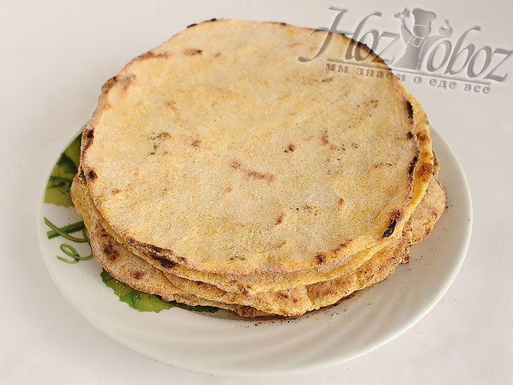 Как только тартильяс приготовятся, надо снять их на блюдо или доску