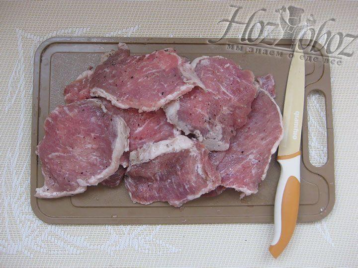 Моем мясо, нарезаем его ломтиками и слегка отбиваем