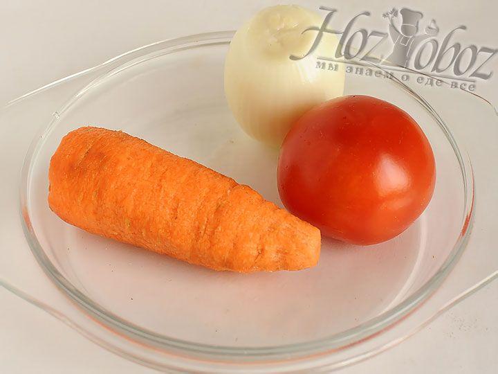 Мелко шинкуем лук, помидоры и морковку