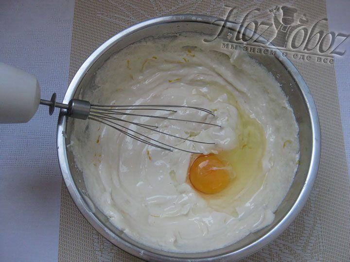 Теперь следует положить яйца и размешать творожную начинку до однородности