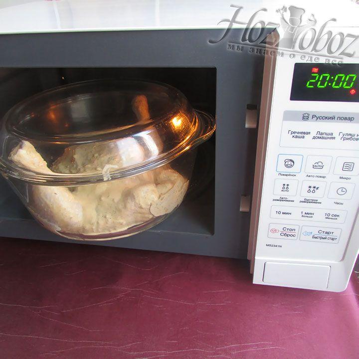 Ставим курицу в микроволновую печь и готовим около 20 минут