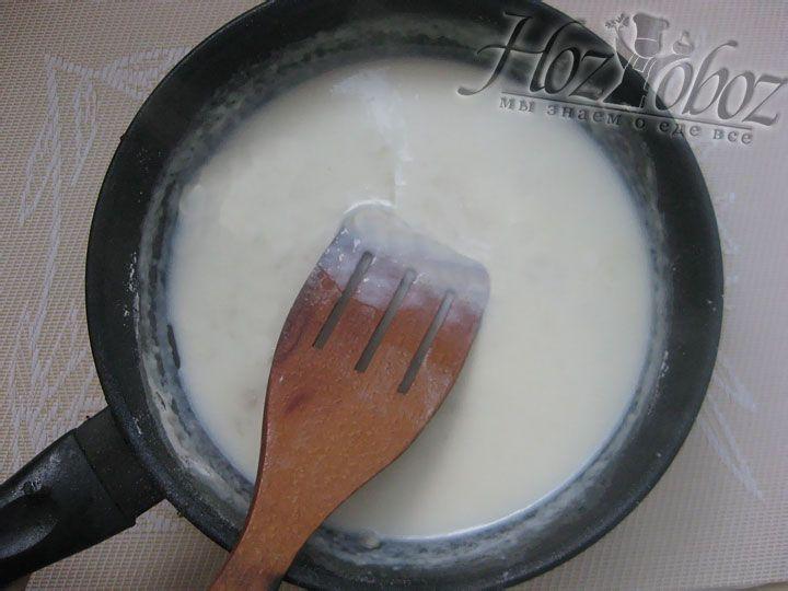 Вводим в соус молоко или сливки и помешиваем чтобы не появилось комков. Следует дополнить, что вместо молока для соуса можно использовать сливки.