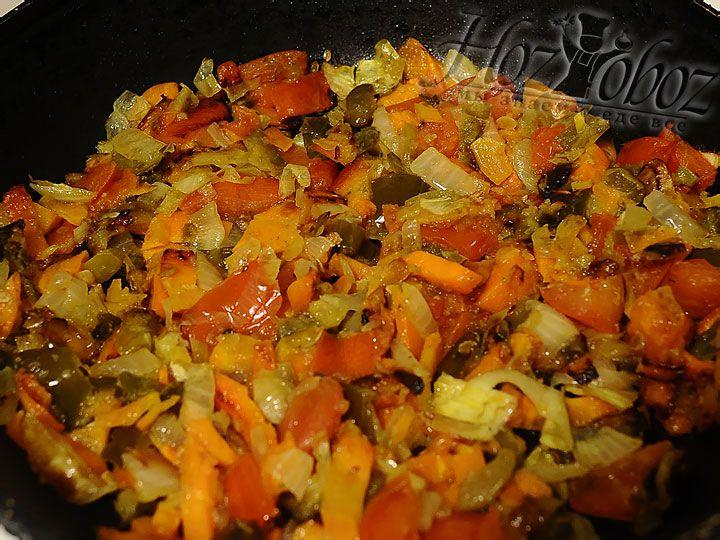 Нагреваем сковородку с растительным маслом и обжариваем все овощи, включая огурец, до готовности
