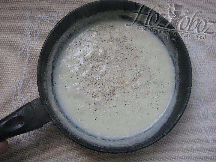 Варится соус примерно 3 минуты, после чего его нужно посолить, приправить и перелить в соусник