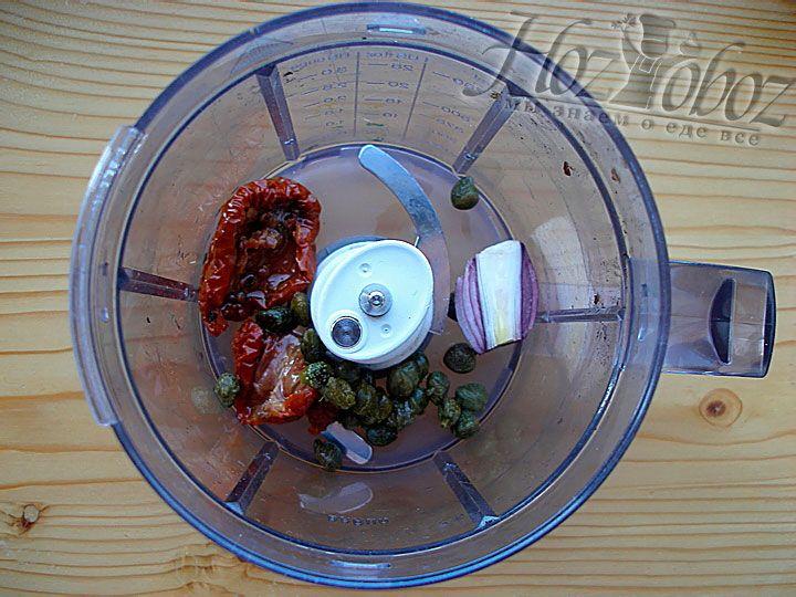 Еще одно блюдо, которое мы Вам предложим, относится к закускам «антипасти» - это брускеты с пастой из вяленых томатов. Вначале измельчаем каперсы и томаты