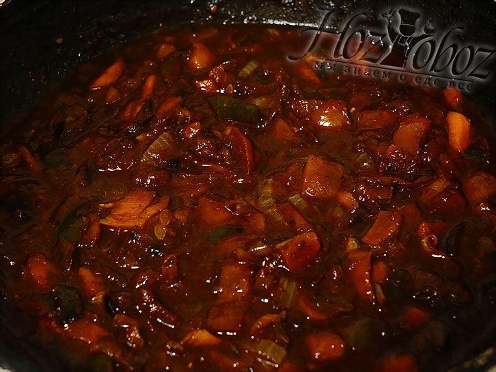 Для соуса в готовые овощи наливаем немного воды, соевого соуса и специй, а также сахар и томатную пасту по вкусу