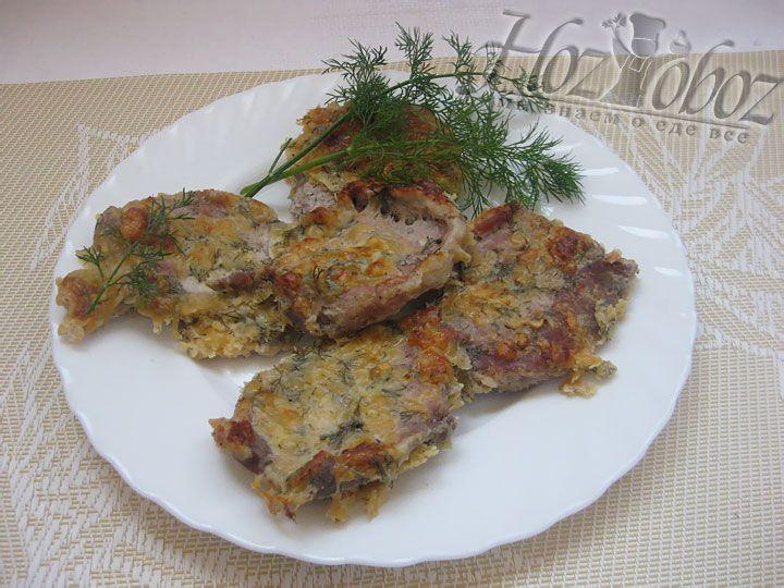 Готовое мясо надо достать из духовки и поместить на блюдо