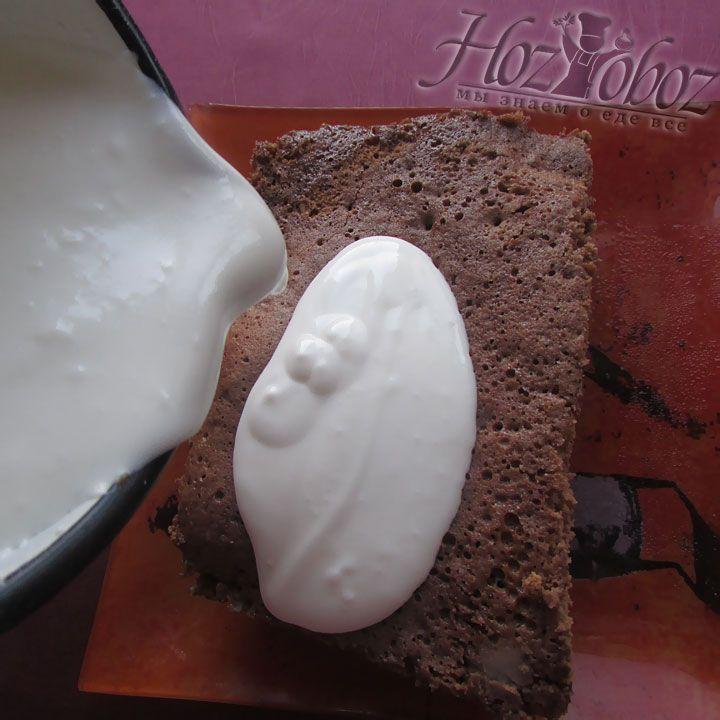 Полученной массой смазываем торт