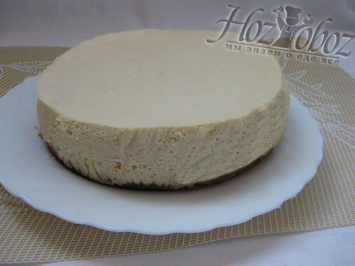 Готовый пирог не следует вынимать из мультиварки. Лучше просто открыть крышку и оставить его остывать внутри примерно на 6 часов
