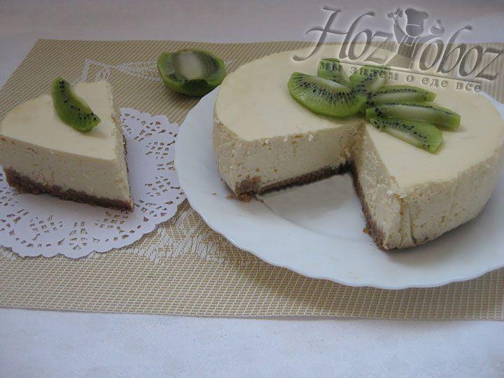 Перед подачей десерт следует разрезать на порционные куски и украсить ягодами
