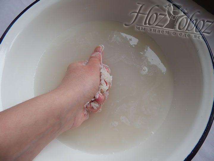 Промываем рис под проточной водой и протираем в ладонях, чтобы вымыть побольше крахмала