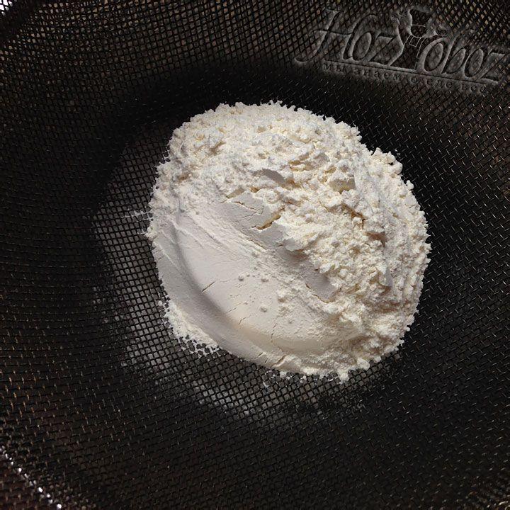 В миску подготовленную для теста следует просеять муку