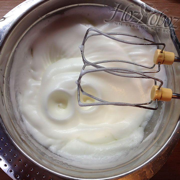 В белки добавим немного соли и взобьем их в крепкую пену