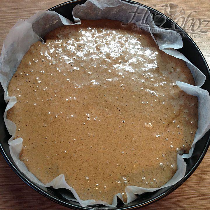 Чтоб выпечь корж, выливаем тесто в выстеленную бумагой и смазанную маслом, форму