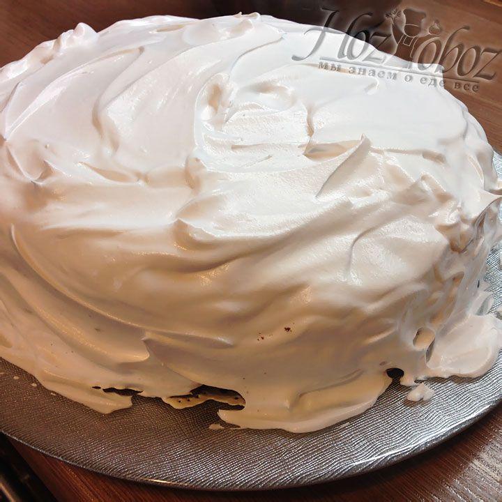Обильно намазываем торт сливками со всех сторон