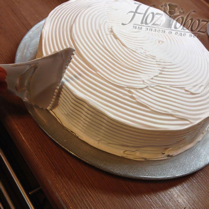 Для придания торту окончательного образа используем кондитерский шпатель