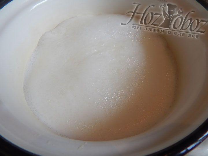 Доводим молоко до кипения, а затем остужаем до температуры 37 градусов