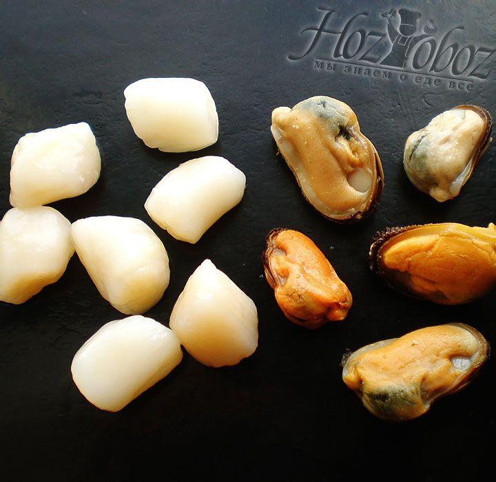 Морепродукты следует размораживать при комнатной температуре, поэтому их лучше достать из морозильника заранее