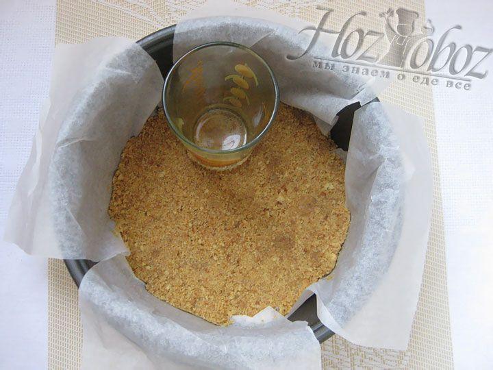 Готовую основу, созданную из масла и печенья, с помощью стакана трамбуем на дно мульиварки