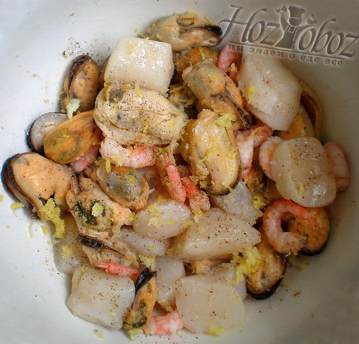 В самом конце добавляем к морепродуктам натертую лимонную цедру, эмульгируем маринад и оставляем минимум на 15 минут
