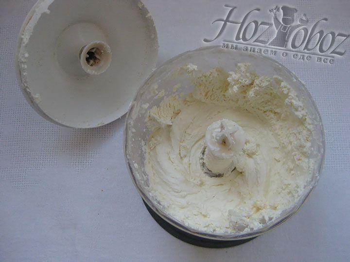 Готовим крем: творог растираем в блендере до получения мягкой консистенции