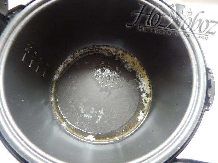 В чашу мультиварки кладем масло и, установив режим «Жарка», растапливаем его