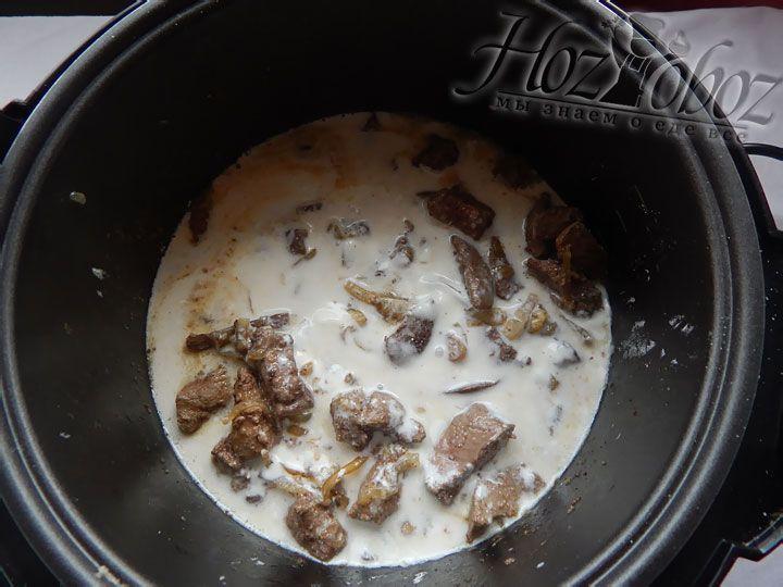 В миске смешиваем воду, соль и сметану, выливаем соус к печенке и готовим в режиме «Тушение» около 30 минут