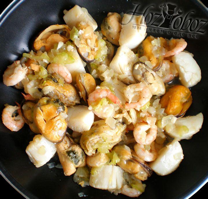 Кладем в сковородку замаринованные морские продукты и все вместе хорошенько обжариваем