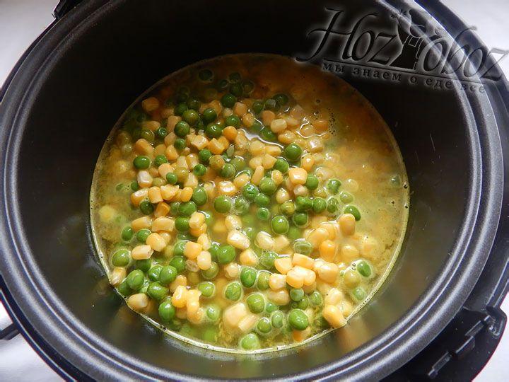 Солим и приправляем рис, после чего высыпаем овощи и, установив программу «Рис/Крупа», готовим 20 минут