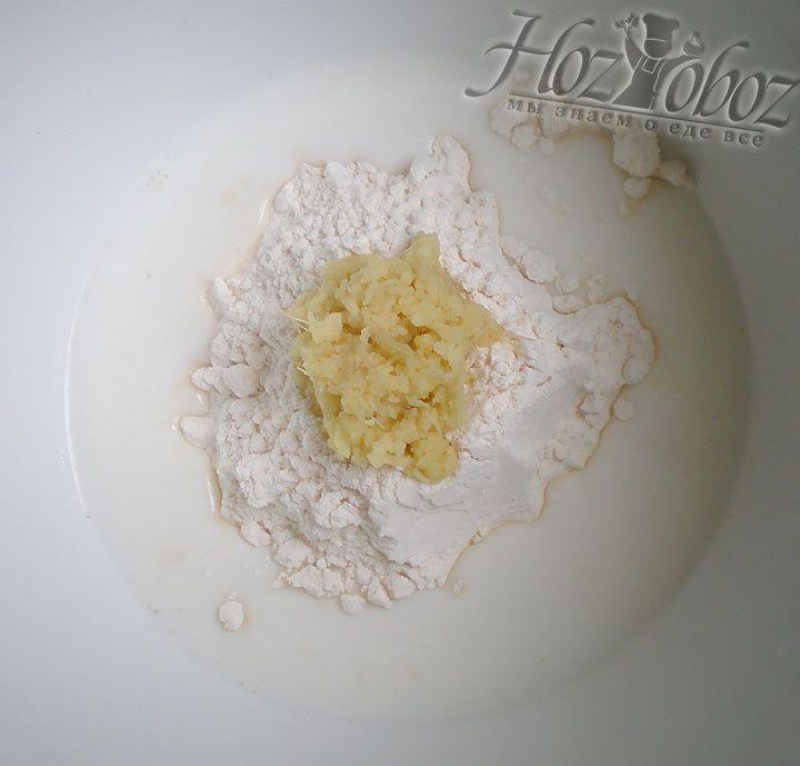 В миске соединяем муку, тертый имбирь и сливки. Смешивать ингредиенты следует до превращения их в однородную кремообразную массу