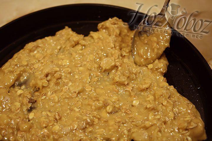 Форму, подходящую для приготовления в микроволновой печи, смазываем маслом ип омещаем в нее часть теста