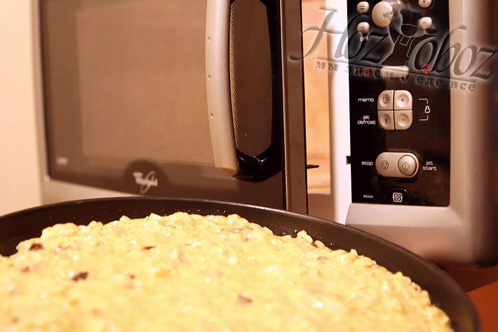 Ставим форму с пирогом в печь