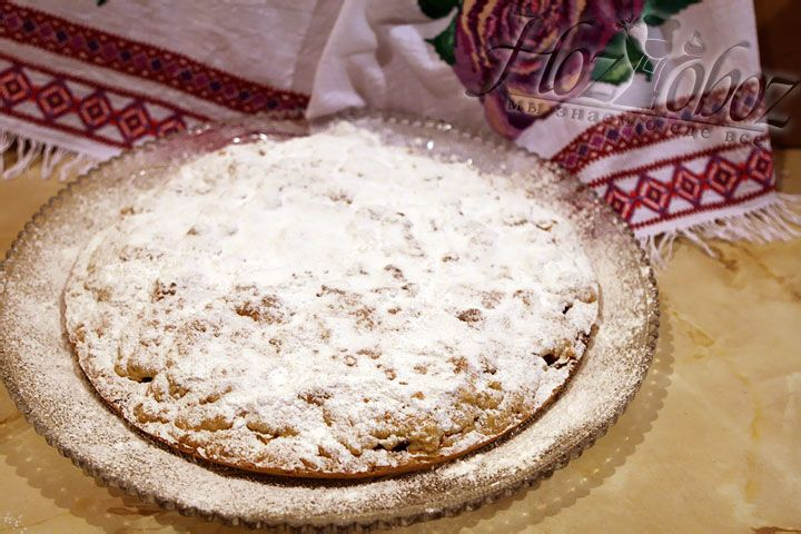 Готовый пирог выкладываем на тарелку и посыпаем сахарной пудрой или тертым шоколадом