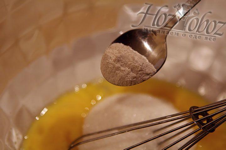 Вместо разрыхлителя теста вводим винный камень или соду, в последнем случае ингредиент добавляется в просеянную муку