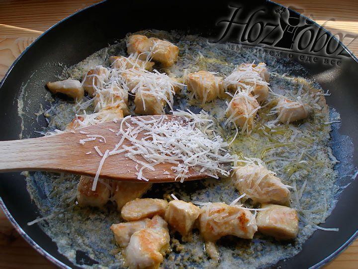 Посыпаем мясо пармезаном, немного солим и готовим еще 3 минутки. По желанию можно добавить сливок
