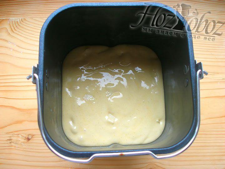 Форму для запекания хлебопечки следует смазать маслом и вылить в нее смесь теста и яблок