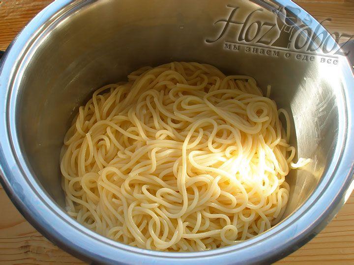 Как только спагетти сварились, слейте воду