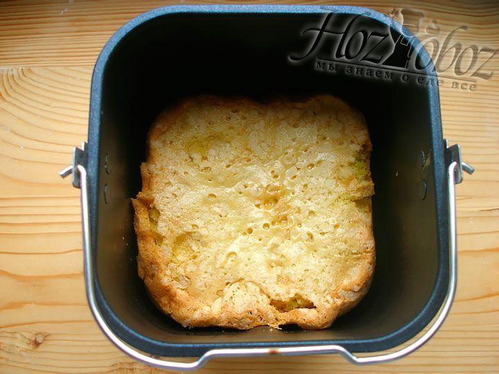 Форму с тестом кладем в хлебопечку, выбираем нужный режим, в нашем случае это кекс или пирог. И не забудьте предварительно вытащить лопатку для перемешивания.