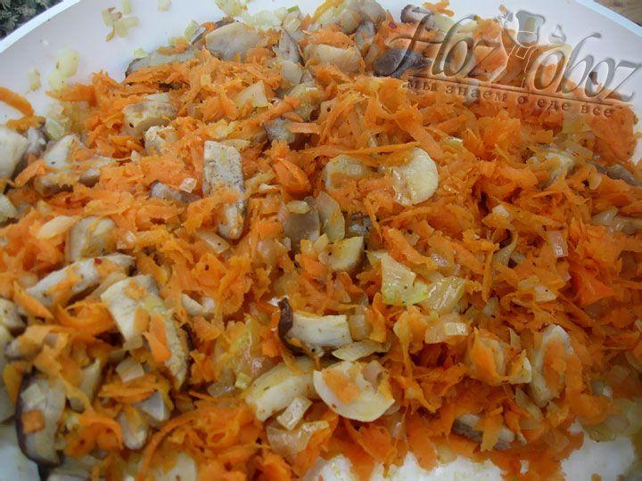 Затем добавляем к овощам измельченную морковь, при необходимости вливаем еще масла и еще пару минут тушим