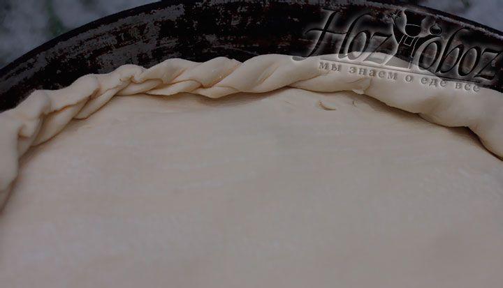 Сверху начинки кладем второй корж и защипываем края